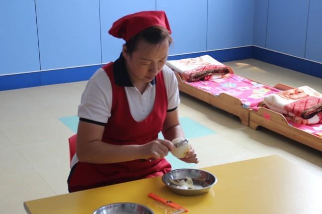 孙丽红老师叠被速度又快又整齐,操作正确,动作熟练。 整理好床铺以后我们进行第二项比赛削水果。比赛要求水果皮要薄、削皮速度快、削完后干净、切块时大小均匀。  第三大项餐前准备。老师们先配好84消毒液比例,然后开始擦桌子,摆餐具和餐巾。擦桌时要求横擦或竖擦,不能画圈擦,步骤要完整。  比赛最后一项是摆餐具,比赛要求老师们先摆餐盘后摆勺子,且摆在右边,勺把露在外,最后摆上垃圾盘。  通过这次技能比赛,我们找出了老师们工作中的不足,让老师们在今后的工作中可以做的更好。